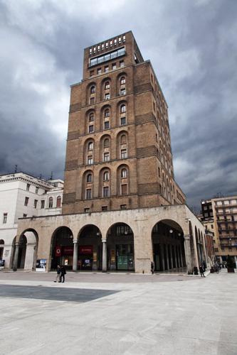 Il grattacielo di Piazza Vittoria a cui sono legato da adolescenziali ricordi